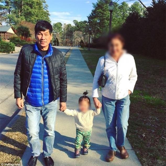 Xác nhận bác sĩ châu Á bị lôi khỏi máy bay United Airlines là người gốc Việt - Ảnh 3.