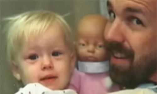 Bé gái tàn tật bị cha mẹ bỏ rơi, 20 năm sau điều cảm động khó tin đã xảy ra... - Ảnh 2.