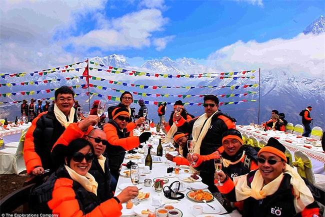 Bữa sáng xa xỉ trên đỉnh Everest cho khách nhà giàu - Ảnh 1.