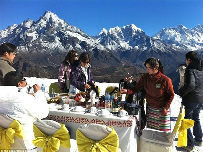 Bữa sáng xa xỉ trên đỉnh Everest cho khách nhà giàu - Ảnh 2.