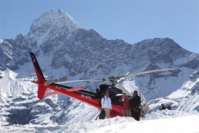 Bữa sáng xa xỉ trên đỉnh Everest cho khách nhà giàu - Ảnh 3.