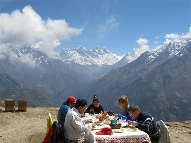 Bữa sáng xa xỉ trên đỉnh Everest cho khách nhà giàu - Ảnh 4.