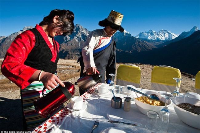 Bữa sáng xa xỉ trên đỉnh Everest cho khách nhà giàu - Ảnh 5.