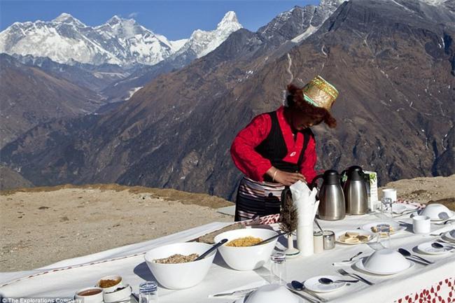 Bữa sáng xa xỉ trên đỉnh Everest cho khách nhà giàu - Ảnh 6.
