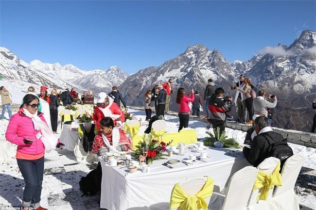 Bữa sáng xa xỉ trên đỉnh Everest cho khách nhà giàu - Ảnh 7.