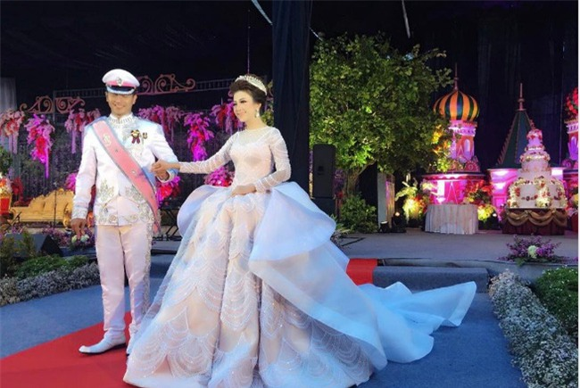 Cô dâu bỗng nổi tiếng thế giới vì mặc váy cưới 11 tỷ đồng, đeo vương miện vàng trong đám cưới cổ tích - Ảnh 1.