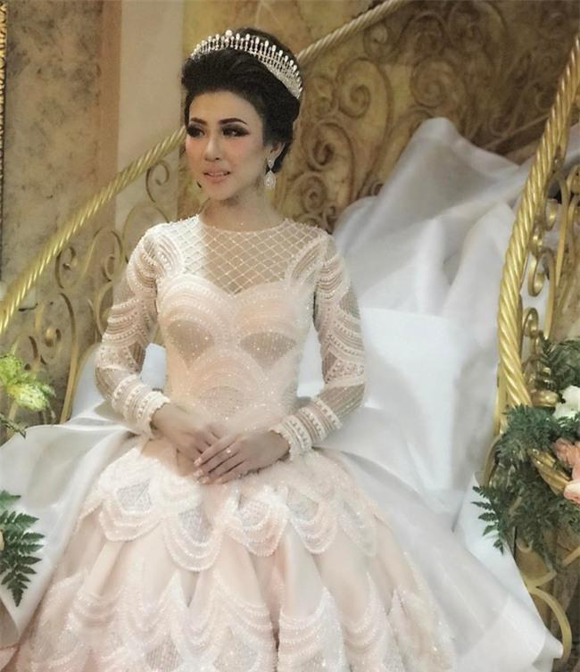 Cô dâu bỗng nổi tiếng thế giới vì mặc váy cưới 11 tỷ đồng, đeo vương miện vàng trong đám cưới cổ tích - Ảnh 2.