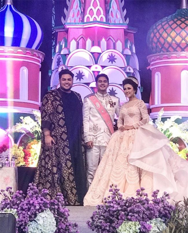 Cô dâu bỗng nổi tiếng thế giới vì mặc váy cưới 11 tỷ đồng, đeo vương miện vàng trong đám cưới cổ tích - Ảnh 3.