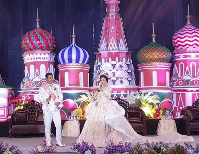 Cô dâu bỗng nổi tiếng thế giới vì mặc váy cưới 11 tỷ đồng, đeo vương miện vàng trong đám cưới cổ tích - Ảnh 4.