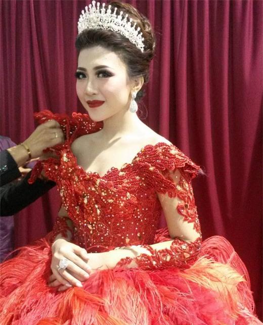 Cô dâu bỗng nổi tiếng thế giới vì mặc váy cưới 11 tỷ đồng, đeo vương miện vàng trong đám cưới cổ tích - Ảnh 5.