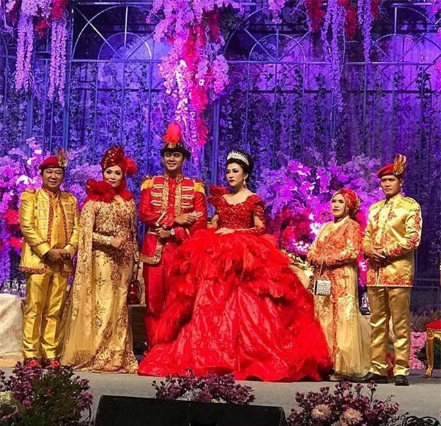 Cô dâu bỗng nổi tiếng thế giới vì mặc váy cưới 11 tỷ đồng, đeo vương miện vàng trong đám cưới cổ tích - Ảnh 7.