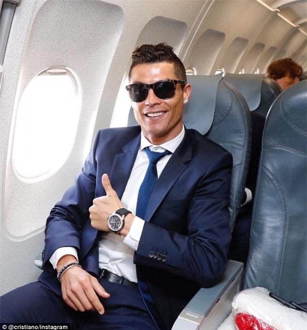 Ronaldo cười tự tin, bay sang Đức chuẩn bị đấu Bayern - Ảnh 1.