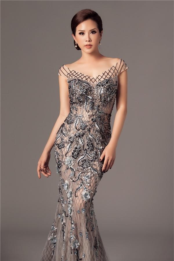 Thiết kế với tông màu xám sang trọng, được nhấn nhá bằng họa tiết hoa, ren đính kết tạo hiệu ứng 3D. Bộ váy tạo cảm giác mỏng manh, nhẹ nhàng như làn sương sớm ban mai.