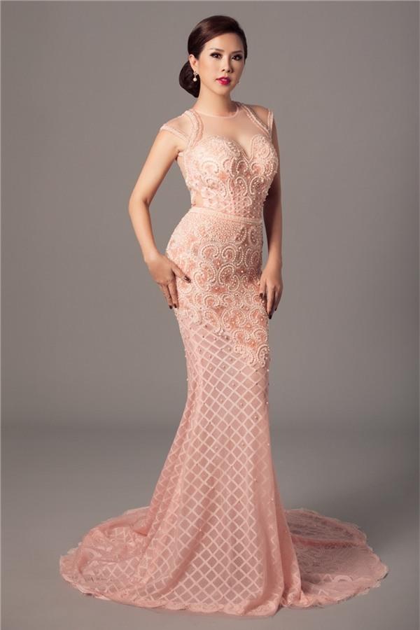 Thu Hoài duyên dáng với phom váy đuôi cá, có tông màu hồng cam trẻ trung, ngọt ngào. Thiết kế được tạo điểm nhấn theo cấu trúc bất đối xứng kéo dài từ ngực đến tận vòng 3.