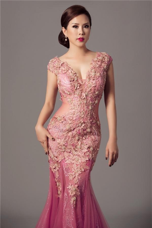 Thiết kế màu hồng tím ngọt ngào trông tựa như những đóa hoa hồng, phù dung đang độ khoe sắc. Phần xẻ ngực sâu cùng đường cut-out táo bạo ở thắt eo càng giúp bộ trang phục thêm táo bạo.