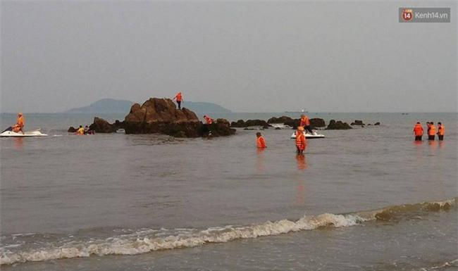 Đã tìm thấy học sinh thứ hai bị sóng cuốn mất tích khi đi chụp kỷ yếu tại Nghệ An - Ảnh 1.