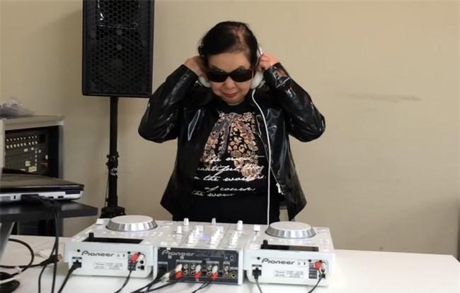 Cụ bà 82 tuổi ngày bán há cảo, đêm làm DJ chất chơi hơn người dơi - Ảnh 2.