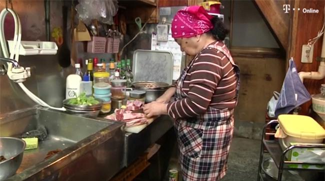 Cụ bà 82 tuổi ngày bán há cảo, đêm làm DJ chất chơi hơn người dơi - Ảnh 3.