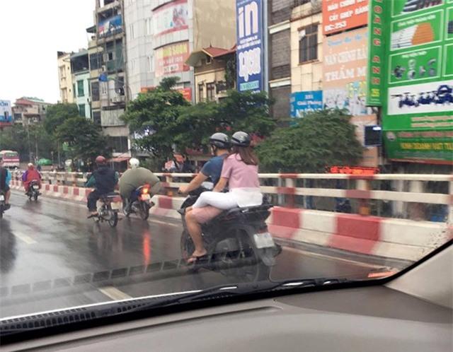 Hồi đầu tháng 9/2016, bức ảnh chụp một cô gái ngồi sau xe SH thản nhiên vắt chân lên đùi người lái để tránh mưa bẩn quần cũng gây nhiều bất bình cho người đi đường.