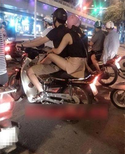 Với dáng ngồi có phần khó coi nhưng lại giúp cho chị em không bị bẩn chân do xe máy bắn lên.