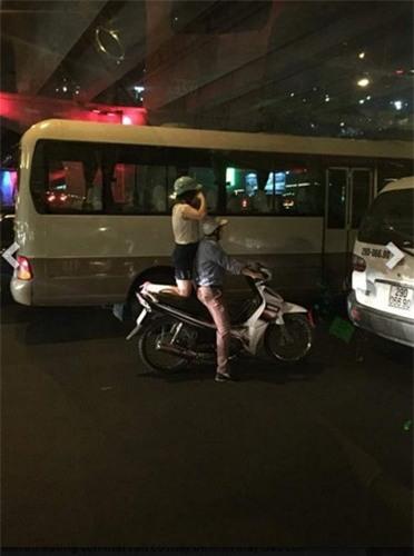 Đủ các tư thế ngồi như dân chợ búa của thiếu nữ Việt sau xe máy khiến nhiều người phải ngán ngẩm.