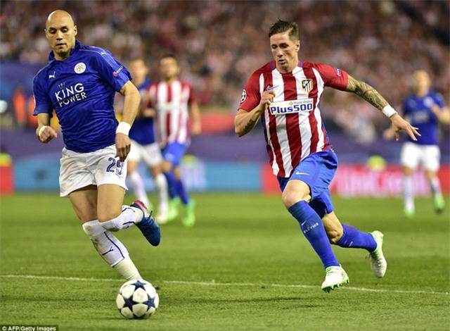 Benalouane (trái) băng ra cắt bóng của Torres (phải)