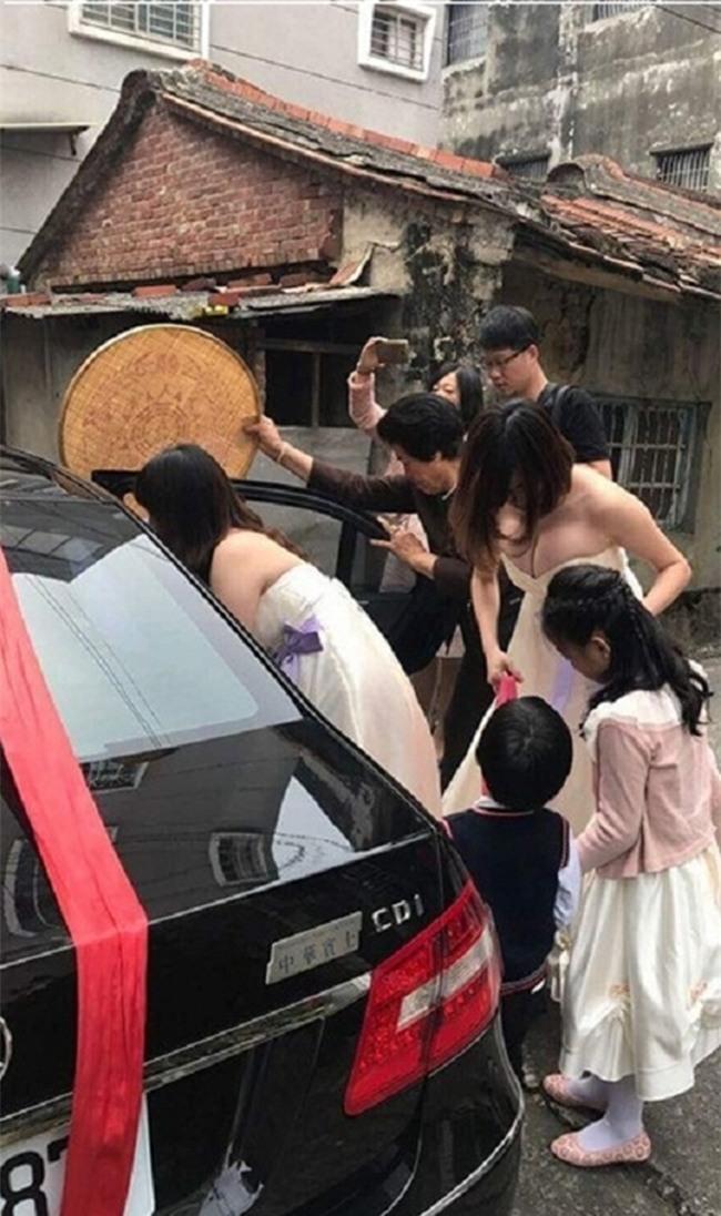 Xe sang về làng rước dâu làm tắc đường, nhưng cô phù dâu xinh đẹp này mới là tâm điểm của sự chú ý - Ảnh 4.