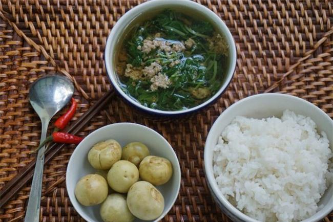 Ăn cơm chan canh với cà muối mùa hè ngon thật ngon nhưng cần hết sức cẩn trọng - Ảnh 3.