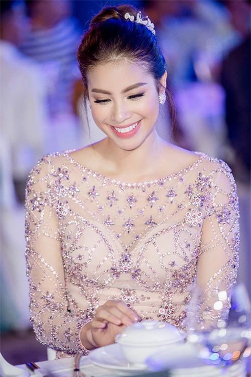 "pham huong can gi dien vay cong chua, mac the nay da du ""don tim"" hinh anh 1"