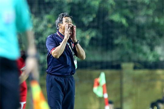 HLV Mai Đức Chung chỉ đạo trong trận Việt Nam thắng Myanmar 2-0Ảnh: Hải Anh