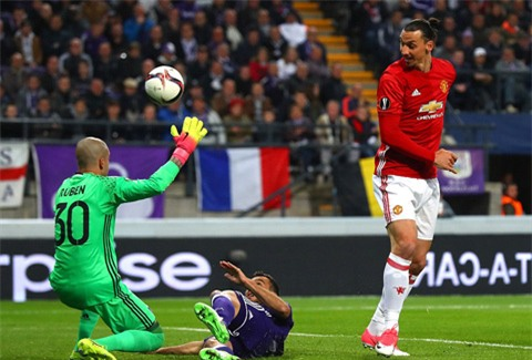 Ibra đệm bóng cận thành trúng người thủ môn Ruben