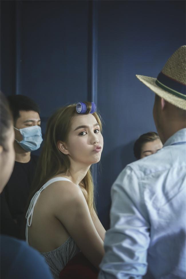 Ngọc Trinh khoe nhan sắc lung linh trong hậu trường chụp ảnh - Ảnh 2.