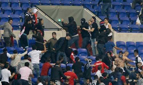 Europa League: CĐV hỗn chiến, fan nhí hoảng loạn - 1