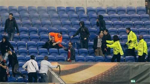 Europa League: CĐV hỗn chiến, fan nhí hoảng loạn - 10