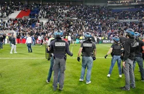 Europa League: CĐV hỗn chiến, fan nhí hoảng loạn - 11