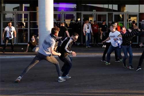 Europa League: CĐV hỗn chiến, fan nhí hoảng loạn - 12