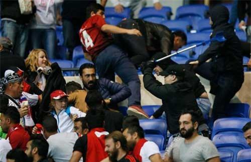Europa League: CĐV hỗn chiến, fan nhí hoảng loạn - 2
