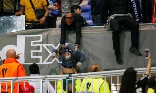 Europa League: CĐV hỗn chiến, fan nhí hoảng loạn - 3