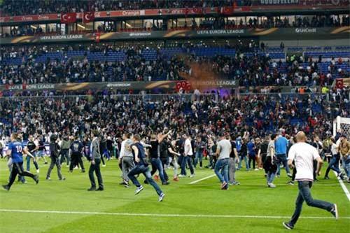 Europa League: CĐV hỗn chiến, fan nhí hoảng loạn - 4
