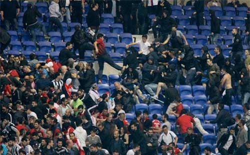 Europa League: CĐV hỗn chiến, fan nhí hoảng loạn - 7