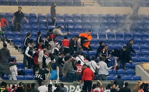 Europa League: CĐV hỗn chiến, fan nhí hoảng loạn - 9