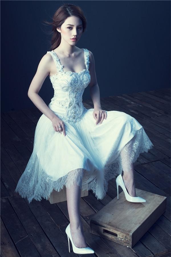 Nhận lời thể hiện bộ sưu tập tâm huyết của nhà thiết kế vừa trở về từ Singapore, Jolie Nguyễn khoác lên mình 5 bộ cánh phong cách dạ hội sang trọng và tinh tế. Các thiết kế có tông chủ đạo là trắng đen, khá phù hợp vóc dáng và nước da trắng hồng của người đẹp sinh năm 1997.