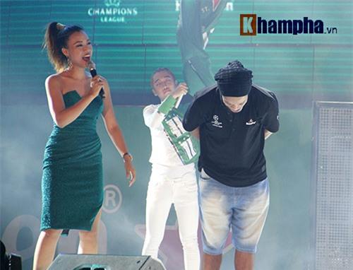 Vợ Công Vinh đẹp hết mức, Ronaldinho vẫn hờ hững - 1