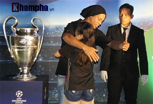 Vợ Công Vinh đẹp hết mức, Ronaldinho vẫn hờ hững - 10