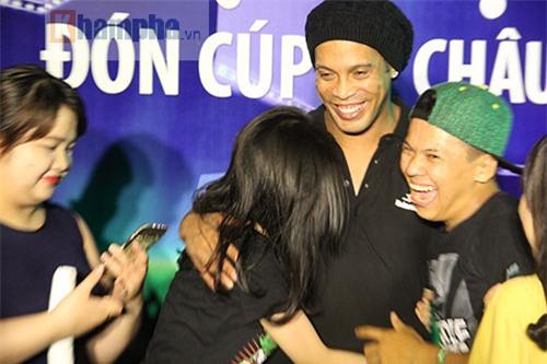 Vợ Công Vinh đẹp hết mức, Ronaldinho vẫn hờ hững - 8