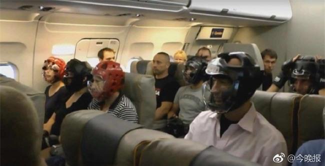 Không muốn bị thương khi đi máy bay của United Airlines, cư dân mạng kháo nhau đội mũ bảo hiểm cho chắc cú - Ảnh 1.