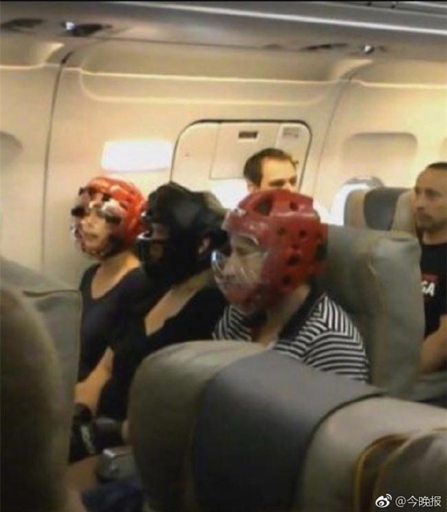 Không muốn bị thương khi đi máy bay của United Airlines, cư dân mạng kháo nhau đội mũ bảo hiểm cho chắc cú - Ảnh 2.