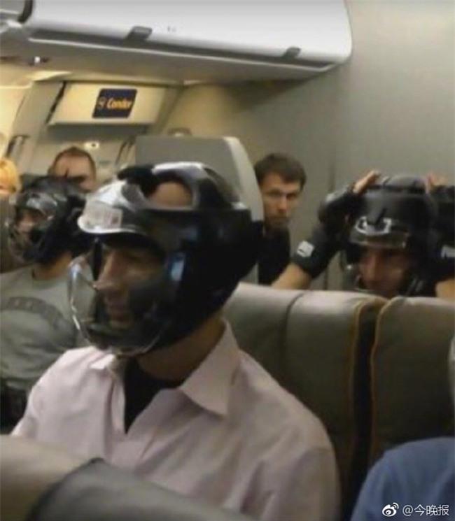 Không muốn bị thương khi đi máy bay của United Airlines, cư dân mạng kháo nhau đội mũ bảo hiểm cho chắc cú - Ảnh 3.