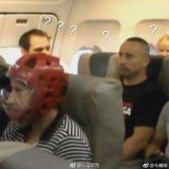 Không muốn bị thương khi đi máy bay của United Airlines, cư dân mạng kháo nhau đội mũ bảo hiểm cho chắc cú - Ảnh 4.