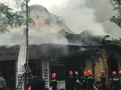 Vụ cháy lớn xảy ra tại Lê Duẩn trưa nay.Ảnh: Beat